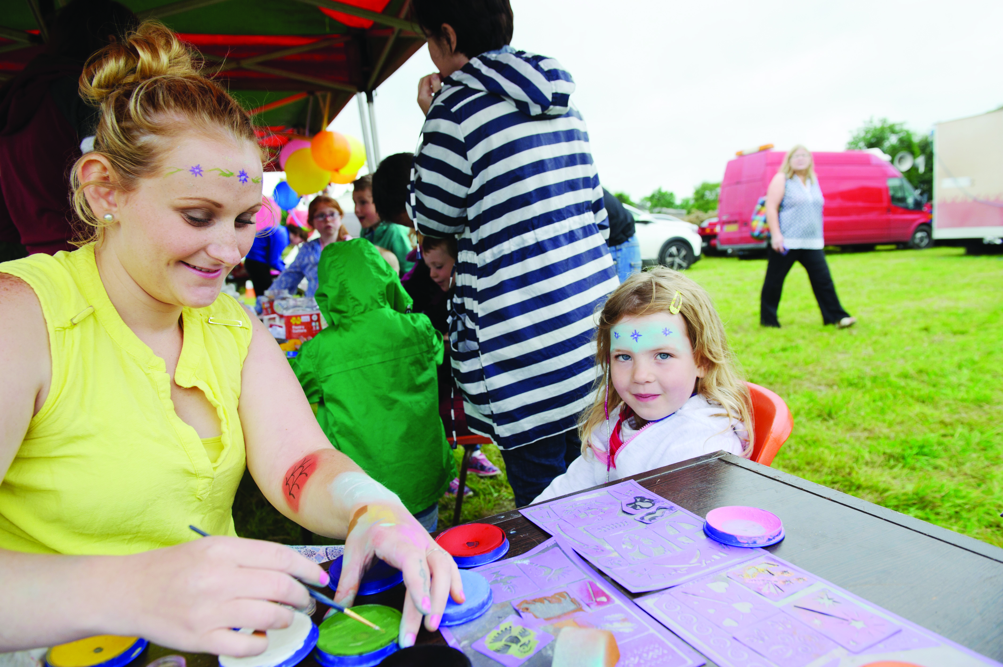Maisie Skinnedar getting her face painted by Daytona at the Carrickroe Welcome Home Festival. ©Rory Geary/The Northern Standard